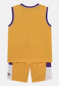 Outerstuff - NBA LOS ANGELES LAKERS SPACE JAM TEAM ZONE DEFENSE SET UNISEX - Pelipaita - yellow - 1