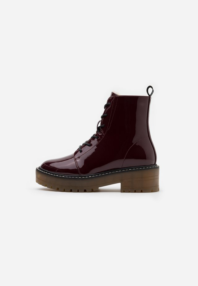 ONLBRANDY LACE UP WINTER BOOT - Botki na platformie - burgundy