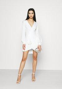 NA-KD - GATHERED OVERLAP DRESS - Cocktailklänning - white - 1