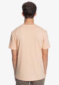 Quiksilver - DISTANT SHORES - Print T-shirt - apricot - 2