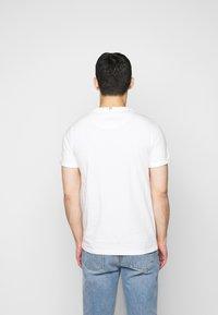 Les Deux - LENS - Basic T-shirt - off white / cobalt blue - 2