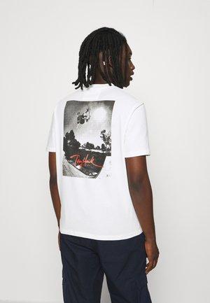 NYJAH UNISEX - T-shirt z nadrukiem - white alyssum