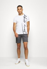 Tommy Hilfiger - COOL SIGNATURE TEE - T-shirt con stampa - white - 1
