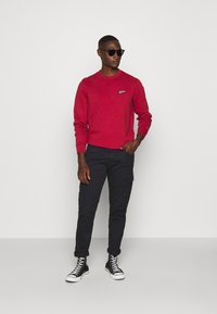 Tommy Jeans - TJM WASHED CORP LOGO CREW - Sweatshirt - wine red - 1