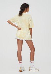 PULL&BEAR - HARDVARD UNIVERSITY - T-shirt con stampa - yellow - 2