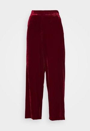 YUKKA WHIN - Trousers - pomegranate