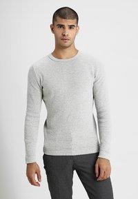 Selected Homme - SLHVICTOR CREW NECK - Stickad tröja - light grey melange - 0