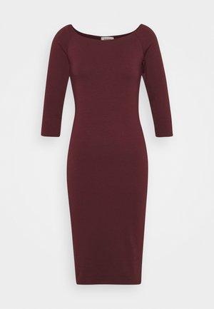 TANSY DRESS - Žerzejové šaty - currant