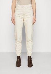 Selected Femme - SLFFRIDA MOM - Straight leg jeans - creme - 0