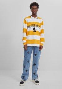 Bershka - MIT MICKY MAUS - Jeans baggy - blue denim - 1