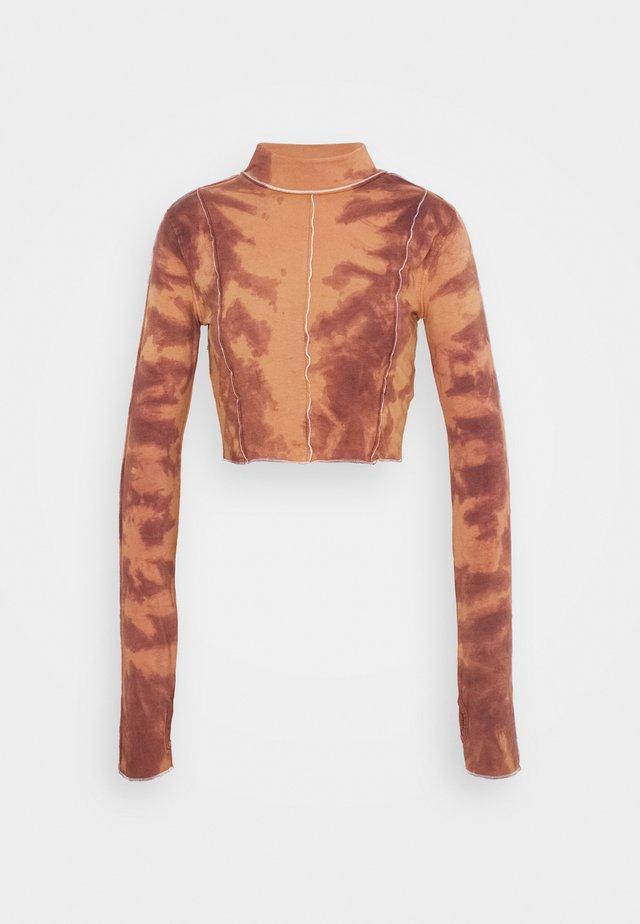 OVERLOCKED DETAIL HIGH NECK TOP - Långärmad tröja - brown