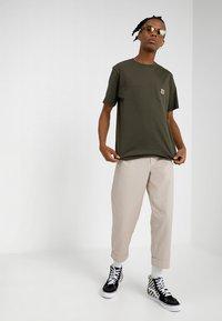 Carhartt WIP - POCKET - T-shirt basique - cypress - 1