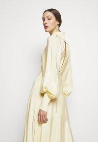 Victoria Beckham - DRAPED SLEEVE DRESS - Maxi šaty - cream - 3