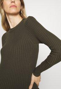 Pieces Maternity - PCMCRISTA O NECK DRESS - Strikket kjole - olive - 4