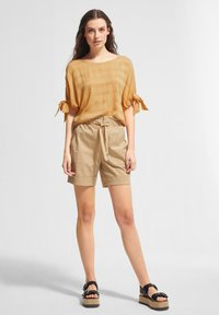 comma casual identity - MIT TUNNELZUG-DETAILS - Blouse - apricot woven stripes - 1