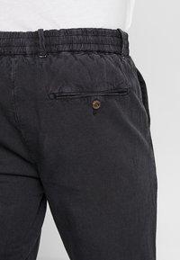 Scotch & Soda - WARREN GARMENT DYED BEACH  - Trousers - black - 5