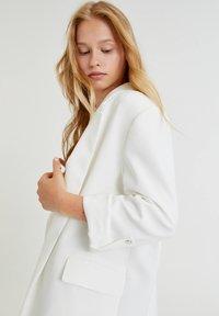 PULL&BEAR - Cappotto corto - white - 3
