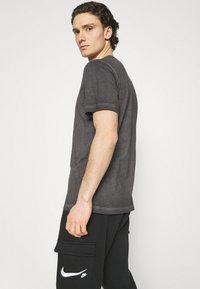 Nike Sportswear - TEE LIKE DYE - T-shirt med print - black - 3