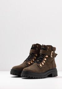 Miss Selfridge - BRIGHT BUCKLE DETAIL HIKER - Kotníkové boty na platformě - khaki - 4