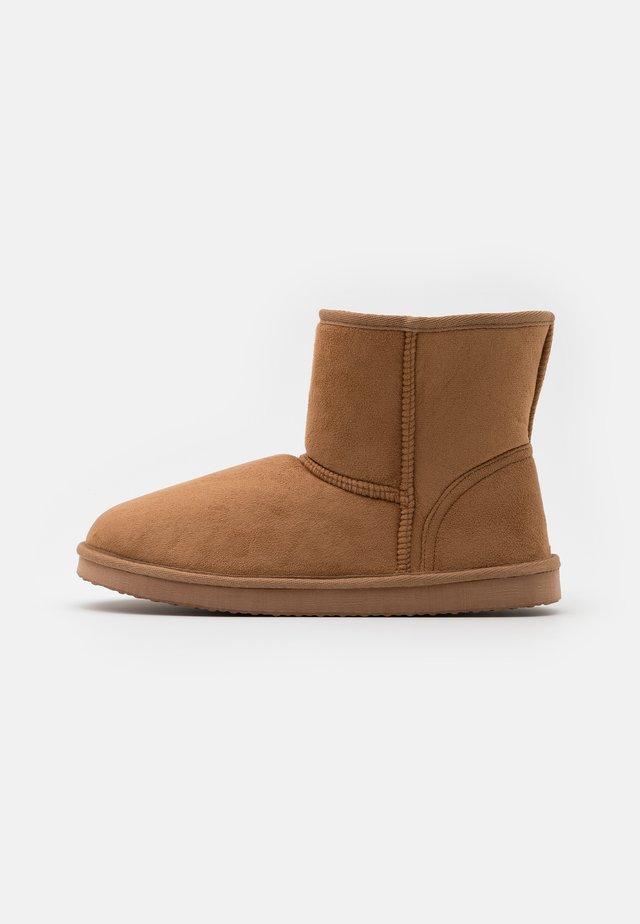 Pantofole - cognac