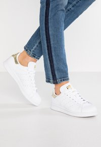 adidas Originals - STAN SMITH - Baskets basses - footwear white/gold metallic - 0