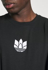 adidas Originals - TEE UNISEX - T-shirts print - black/white - 4