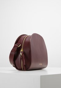 Royal RepubliQ - GALAX CURVE  - Across body bag - bordeaux - 3