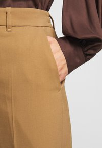 DRYKORN - SEARCH - Trousers - braun - 5