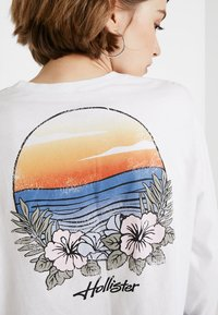 Hollister Co. - LONG SLEEVE IMAGERY  - Top s dlouhým rukávem - white - 6
