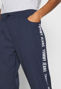 Tommy Jeans - JOGGER TAPE RELAXED - Tracksuit bottoms - twilight navy - 3