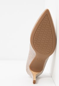 MICHAEL Michael Kors - DOROTHY FLEX  - Klassiske pumps - pale gold - 6