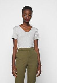 Anna Field Tall - 3 PACK V NECK TOP - Printtipaita - black/white/light grey - 1
