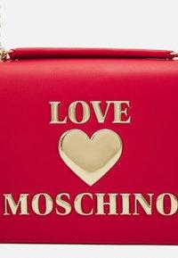 Love Moschino - Taška spříčným popruhem - rosso - 6