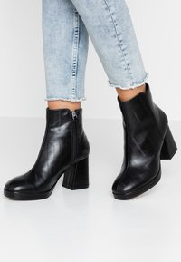 Topshop - EDDIE PLATFORM BOOT - Platform ankle boots - black - 0