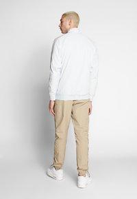 Nike Sportswear - TOP - Windbreaker - pure platinum/light smoke grey - 2
