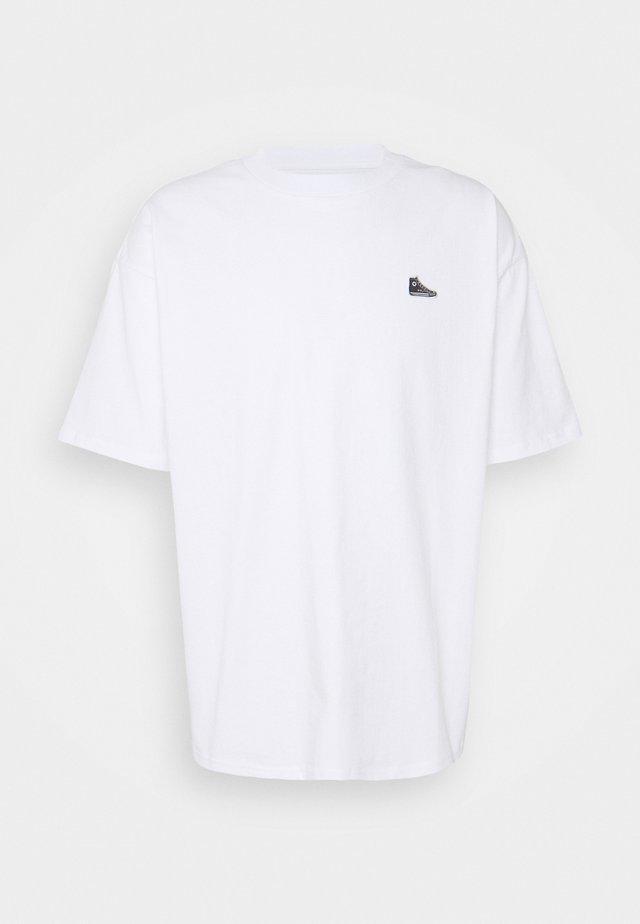 CHUCK TAYLOR PATCH SHORT SLEEVE TEE UNISEX - Print T-shirt - white