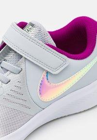 Nike Performance - STAR RUNNER 2 POWER UNISEX - Neutrální běžecké boty - pure platinum/multicolor/barely volt/red plum/white - 5