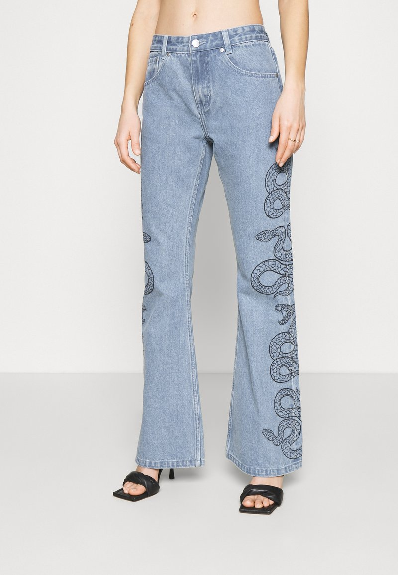 Milk it - SIDE SEAM SNAKE PRINT - Flared Jeans - light blue
