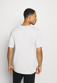 Nike Performance - DRY TEE BLOCK - T-shirt med print - grey fog - 2