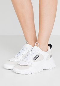 Versace Jeans Couture - Sneakersy niskie - bianco ottico - 0