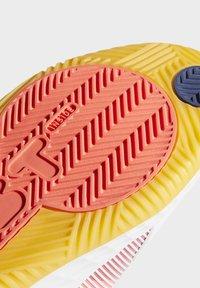 adidas Performance - PRO BOOST LOW SHOES - Zapatillas de baloncesto - white - 8