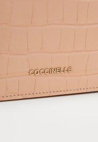 Coccinelle - REVE CROCO SHINY CLUTCH - Taška spříčným popruhem - rose - 4