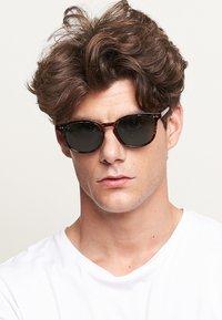 Meller - BANNA - Sunglasses - tigris olive - 1