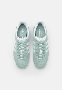 adidas Originals - GAZELLE  - Baskets basses - haze green/footwear white/gold metallic - 2