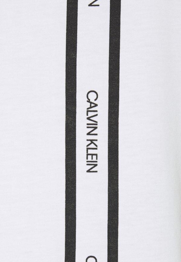 Calvin Klein VERTICAL LOGO STRIPE - T-shirt z nadrukiem - white/biały Odzież Męska UNVH