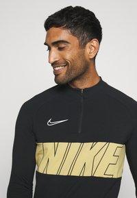 Nike Performance - DRY ACADEMY - Tekninen urheilupaita - black/jersey gold/white - 3