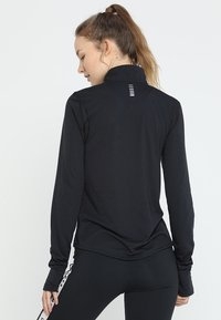 Under Armour - STREAKER HALF ZIP - Funktionstrøjer - black/black - 2