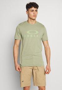 Oakley - BARK - T-Shirt print - olive - 0
