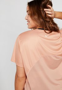 Nike Performance - DRY MILER PLUS - T-shirt print - rose gold/silver - 4