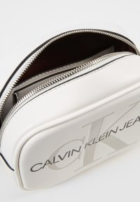 Calvin Klein Jeans - SCULPTED MONOGRAM CAMERA BAG - Bandolera - white - 4